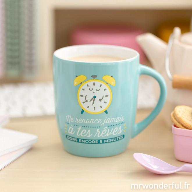 """Mug """"Ne renonce jamais à tes rêves, dors encore 5 minutes"""" (FR)"""