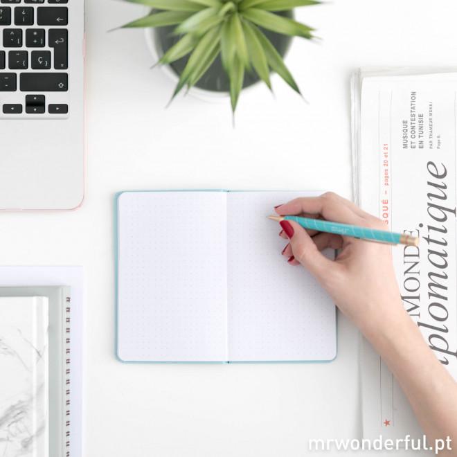 Caderno pautado com pontos + caneta